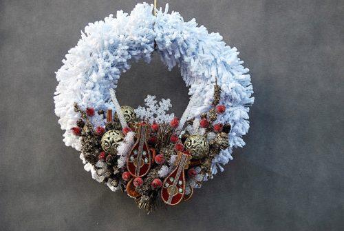 wianek bożonarodzeniowy świąteczny ośnieżony biały śnieżony zimowy na drzwi na stół złoto czerwnień sklep online