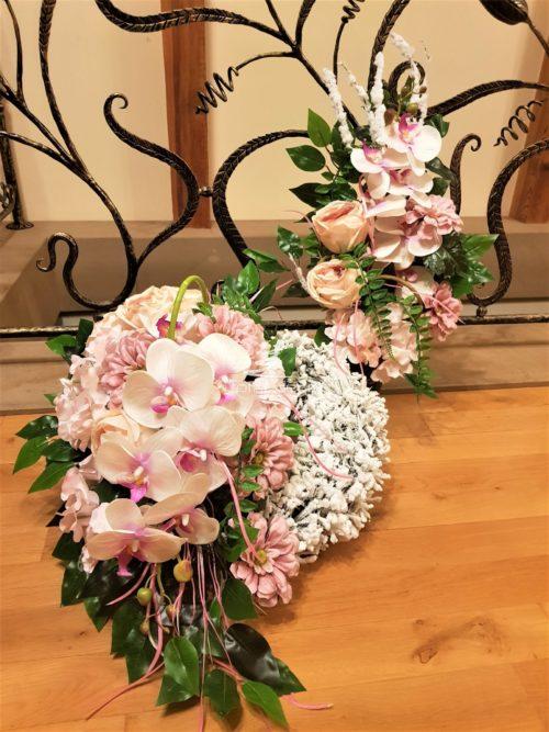 stroik i bukiet na cmentarz w bieli i leciutkim rużu. Wspaniała dekoracja nagrobna bardzo delikatna świetnie pasująca na nagrobki młodych ludzi i dzieci.Piękny biały wianek ozdobiony różowo białym storczykiem z pudrowo różowymi kwiatami dodaje wielkiej subtelności dekoracji.