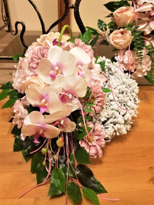 subtelny wianek z bukietem na cmentarz w jasnych różach