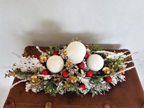 Nowoczesna dekoracja bożonarodzeniowa stroik świąteczny ośnieżony udekorowany bombkami ubrany w kolory złota czerwieni bieli ozdoba na stół wigilijny
