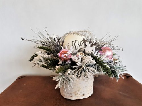 Stroik na świeta bożego narodzenia w mroźnej bieli w roli głównej z różowymi bombkami i sebrnymi dodatkami