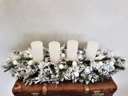 Biały zimowy stroik bożonarodzeniowy ze świecami w bieli , srebrze i naturalnych dodatkach ośnieżony opruszony nowoczesny unikatowy unikatowa dekoracja świąteczna