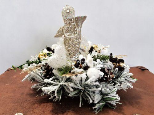 Stroik dekoracja świąteczna na białej ośnieżonej bazie ozdobiona szampańskimi bucikami i pięknymi dekoracjami nowoczesny niepowtarzalny z dekoracjami