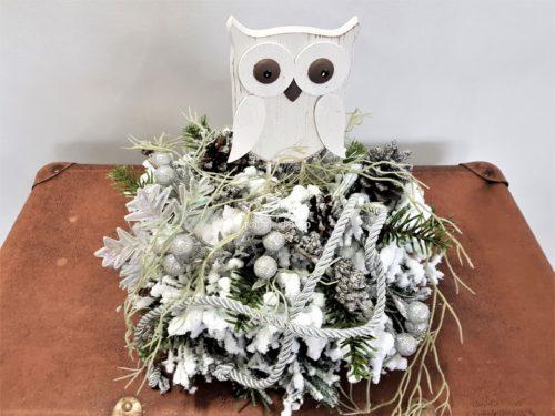 ośnieżony nowoczesny Stroik świąteczny bożonaroszeniowy obsypany śniegiem z dekoracjami ubrany biały srebrny opruszony