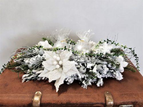 Nowoczesny stroik świąteczny bożonarodzeniowe udekorowany kolorami białymi z gwiazdą betlejemską ubrany na srebrno