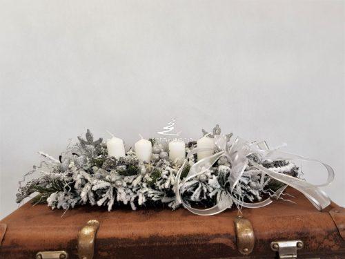 Stroik bożonarodzeniowy śnieżony z białymi świecami w srebrno białej tonacji kolorystycznej ozdobiony srebrnymi dodatkami ze świecami ośnieżone gałązki obsypany śniegiem flokowany stroik ozdoba świąteczna nowoczesna unikatowa