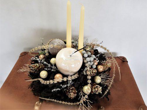 Oryginalny stroik bożonarodzeniowy na czarnej podstawie ozdobiony dekoracjami w kolorach szampana i stłumionej miedzi obsypany udekorowany unikatowy oryginalny ze świecami dekoracja bożonarodzenia świąteczna niepowatarzalne dodatki złota