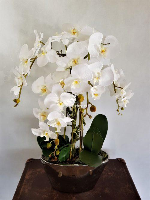Kompozycja z białuch storczyków w lustrzanej donicy