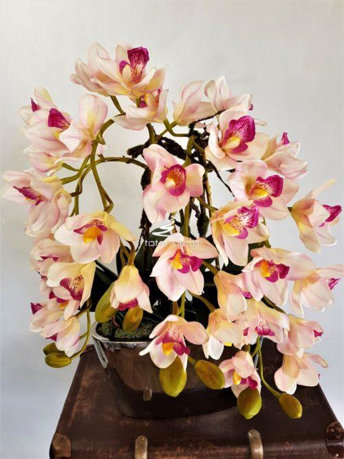Kompozycja ze storczyków cymbidium piękne gumowe kwiaty w dużej lustrzanej donicy
