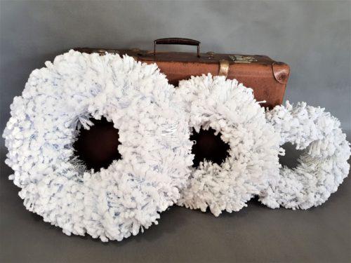 super białe wianki śnieżone niezwykle bielusieńkie dużo bielsze jak naturalny śnieg niezwykle puchate i dekoracyjne swoista wersja glamour nowoczesna dekoracja świąteczna podkład florystyczny manufaktura dekoracji oprószona śniegiem wianek na drzwi stół