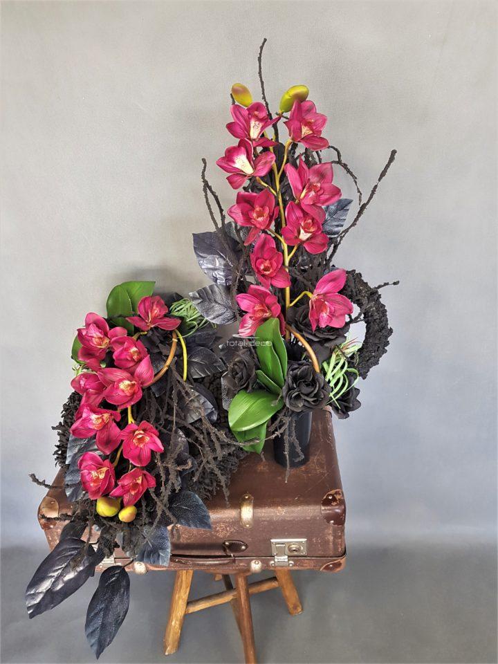 Czarny wieniec z bukietem w z dużymi bordowymi cymbidium gumowymi Piękna Piękne dekoracje nagrobne zachowane w ciemnych kolorach.