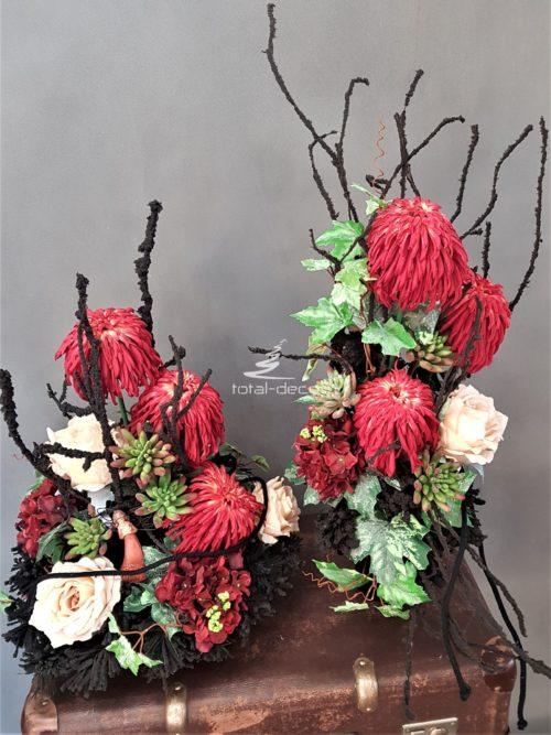 wiązanka z bukietem na czarnych podkładach z czarnymi gałązkami i kwiatami w kolorze koralowym i budyniowym