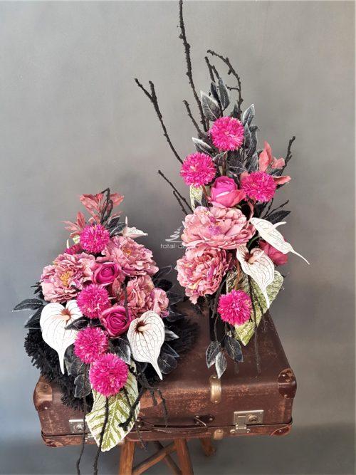 Komplet na wszystkich świętych wiązanka z bukietem na czarnych podkladach z różowymi kwiatami