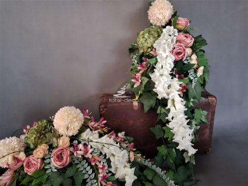 Duży komplet dekoracji nagrobnych w zielono różowo białych tonacjach kolorystycznych z bukietem spływającym do dołu