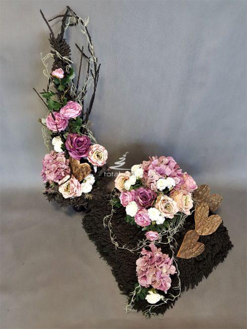 Dekoracja nagrobna z bukietem na czarnej flokowanej bazie z czarnymi gałązkami z kwiatami w kolorze różu