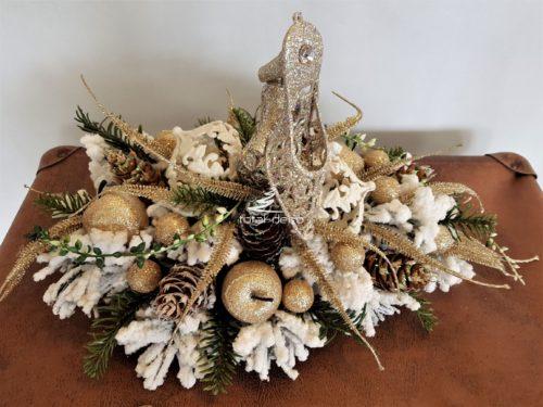 Nowoczesna dekoracja świąteczna stroik bożonarodzeniowy na stół wigilijny udekorowany dodatkami w kolorze złota bieli z bombkami ośnieżona ozdoba