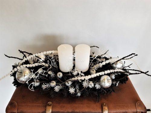 Nowoczesny stroik świąteczny bożonarodzeniowy na stół wigilijny na boże narodzenie ozdoba świąteczna czarne dekoracje na święta ubrana na srebrno na biało z bombkami tradycyjna dekoracja świąteczne ośnieżona oprószona śniegiem