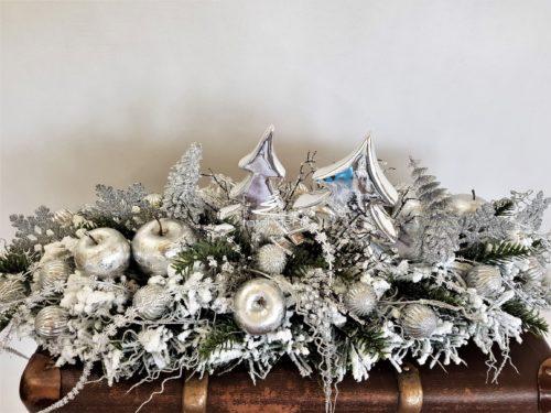 ośnieżony stroik udekorowany na biało srebrno nowoczesna dekoracja bożonarodzeniowa
