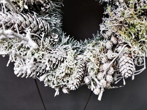 ośniezony wianek wieniec na drzwi nowoczesna dekoracja bożonarodzeniowa ozdoba świąteczna