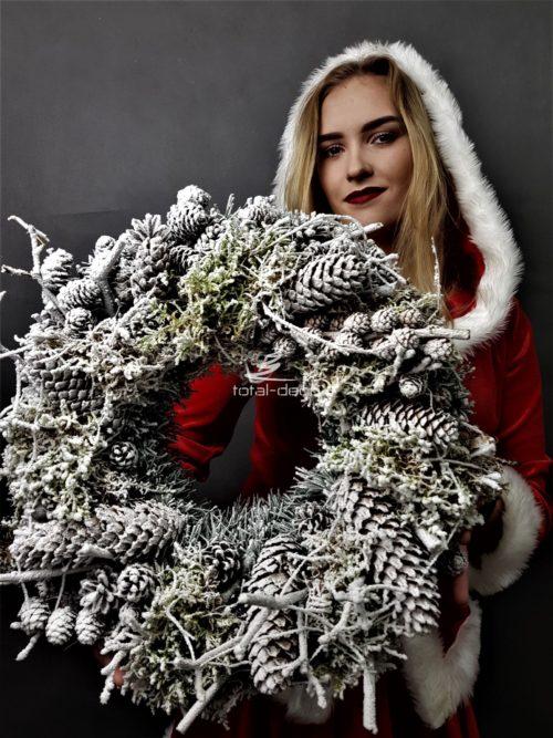 ośnieżony biały wianek świąteczny z szyszkami/wianek bożonarodzeniowy