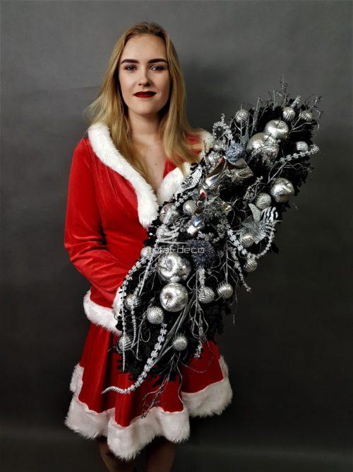 czarny biały stroik dekoracja bożonarodzeniowa świąteczna na boże narodzenie najmodniejsze dekoracje świąteczne piękne ozdoby na święta ośnieżone dekoracje