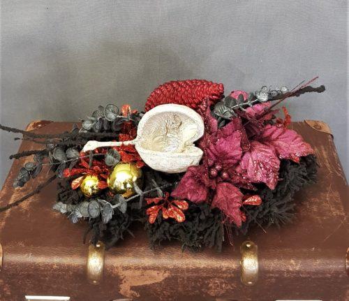 kompozycja nagrobna bożonarodzeniowa wieniec świąteczny na grób na święta bożego narodzenia nowoczesne dekoracje świąteczne modne dekoracje na cmentarz wianek na święta na cmentarz