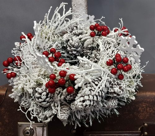 wianek na drzwi wianek na stół ośniezony udekorowany wianek bożonarodzeniowey dekoracja świąteczna na drzwi