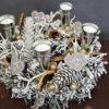 stroik na stół wigilijny ze świecami dekorowany śnieżony bożonarodzeniowy nowoczesna dekoracja świąteczna