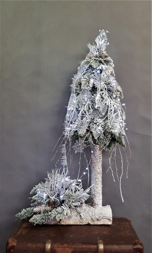 choinka ze stroikiem choinka na pniu nowoczesna ośnieżona biała choinka ubrana choinka udekorowana dekoracja świąteczna bożonarodzeniowa choinka ze światełkami