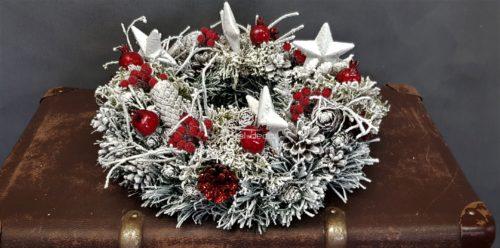 stroik świąteczny wianek na stół ośniezona dekoracja bożonarodzeniowa dekoracja świąteczna udekorowana na czerwono z gwiazdami.