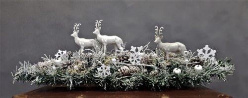 stoik świąteczny z jeleniami ośnieżona dekoracja bożonarodzeniowa stroik z naturalnymi dodatkami żywy stroik piękny stroik na święa bożego nardzenia modne stroiki dziecięce najpiękniejsze dekoracje na święta