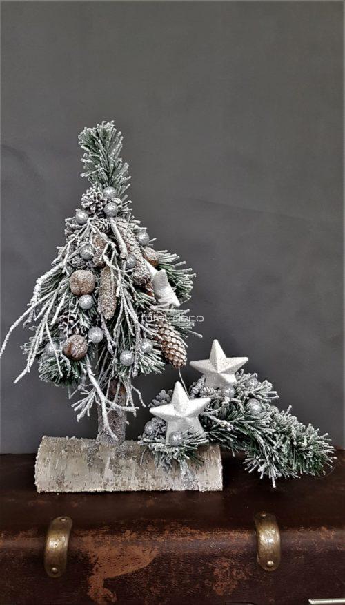 choinka ze stroikiem udekorowana zimowymi dodatkami choinka stroik na boże narodzenie dekoracja świąteczna ośnieżona choinka choinka na pniu ze stroikiem