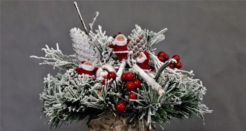 stroik świąteczny stroik z mikołajami stroik naturalny idelanie udekorowany naturalnymi dodatkami stroik na boże narodzenie
