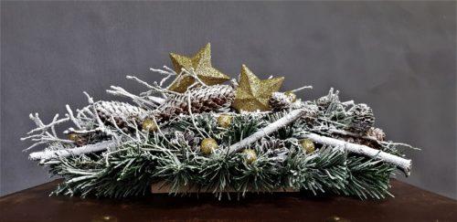 stroik świąteczny na stoł stroik na boże narodzenie dekorowany naturalnymi dodatkami pieknie ozdobiony złotymi gwiazdami