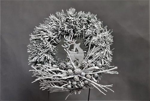 wianek świąteczny wianek bożonarodzeniowy na drzwi wianek na stół nowoczesna ozdoba świąteczna pięknie dekorowany wianek biały wianek ośnieżona dekoracja ośnieżony wianek wianek udekorowany na srebrno
