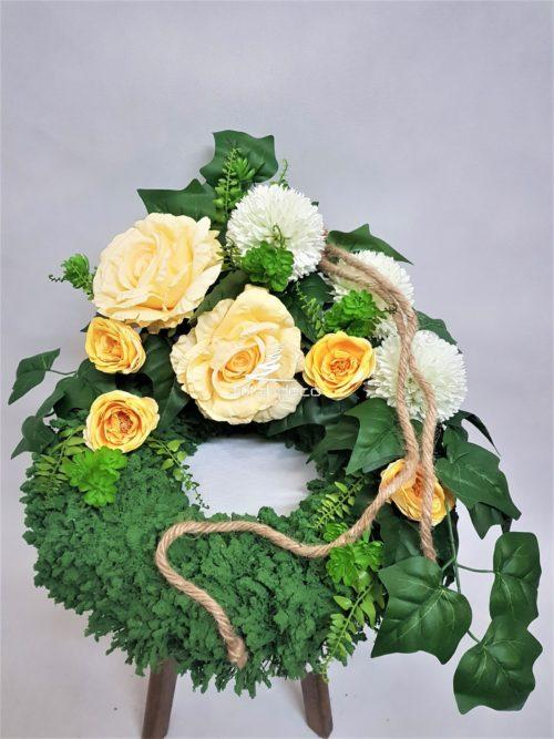 wianek/zielony stroik na cmentarz z żółtymi kwiatami