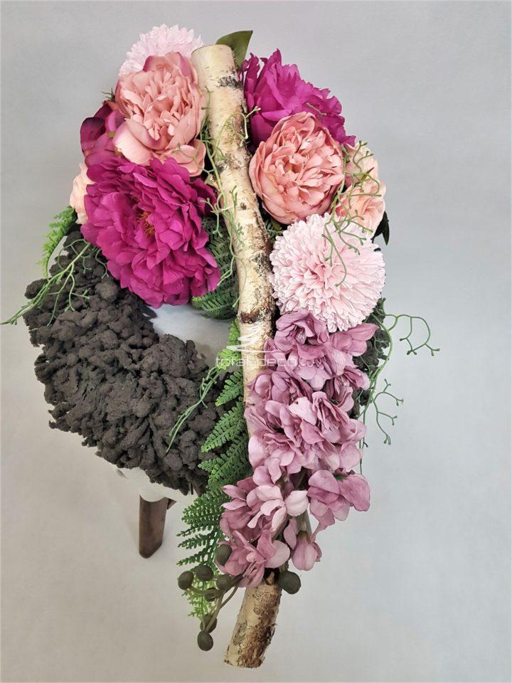 Wianek kwiatowy na cmentarz w pięknych szaro różowych kolorach