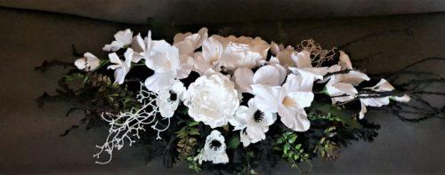 wiązanka z białymi kwiatami/podłużna kompozycja na cmentarz