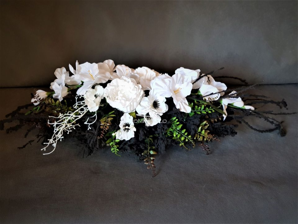 czarne stroiki z białymi kwiatami na cmentarz/dekoragje na świętozmarłych