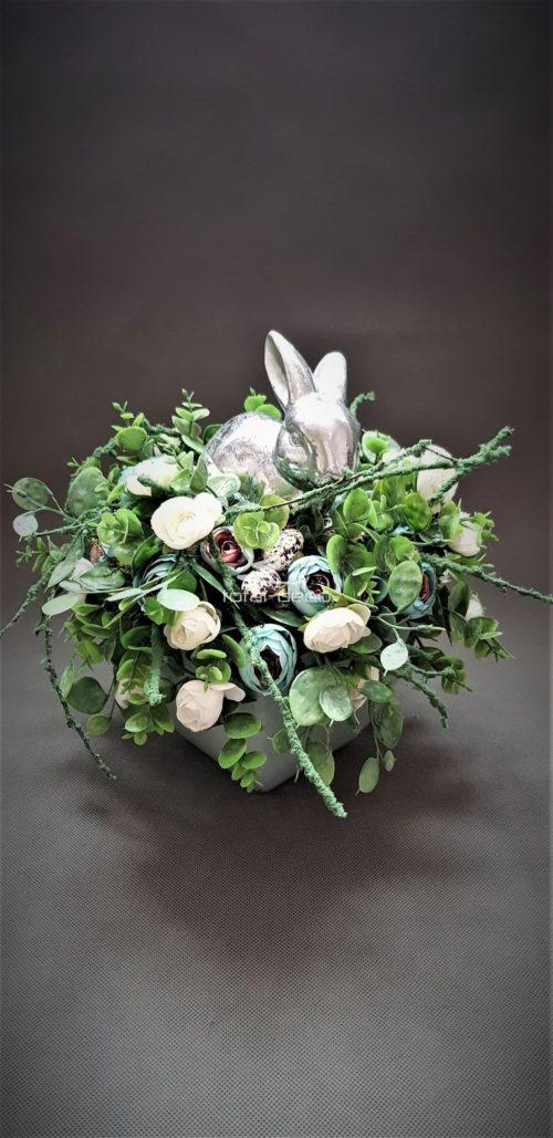 stroik wielkanocny z ceramicznym srebrnym zającem ze sztucznych kwiatów i gałązek
