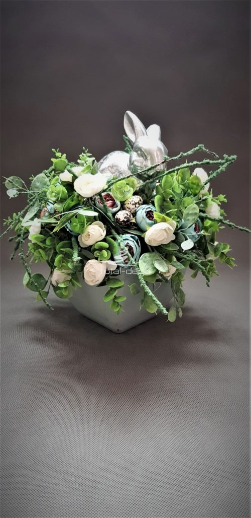 dekoracja wielkanocna w kwadratowej donicy z białymi kwiatami