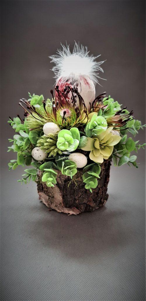 dekoracja wielkanocna na brzozowej podstawie z koronkowym jajkiem
