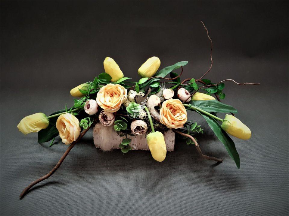 wiosenna kompozycja z zółtych tulipanów