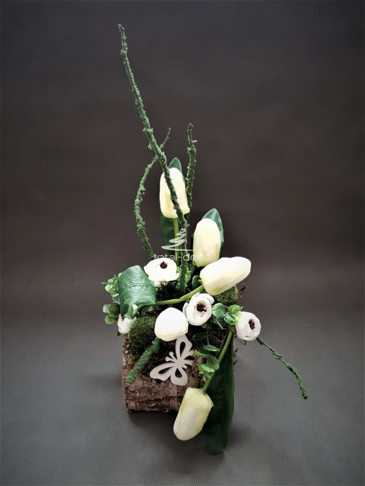 nowoczesne stroiki wielkanocne w bieli/dekoracje z kwiatów na wielkanoc