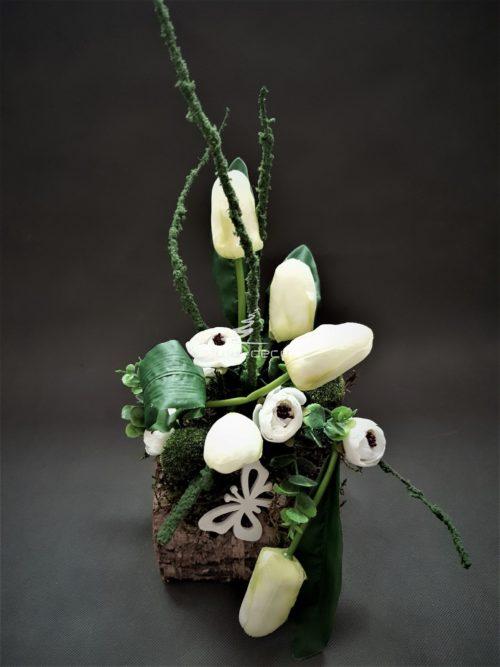 stroik wielkanocny z białymi tulipanami w nrzozowym naczyniu/dekoracje na wielkanoc