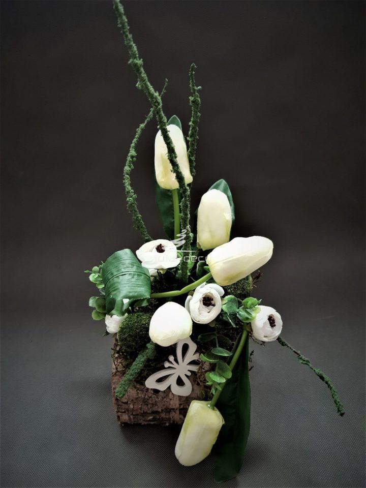 stroik wielkanocny z białymi tulipanami