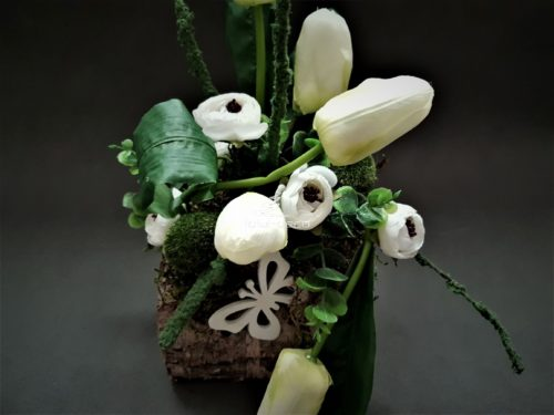 dekoracja wielkanocna w naturalnej brzozie z białymi sztucznymi tulipanami