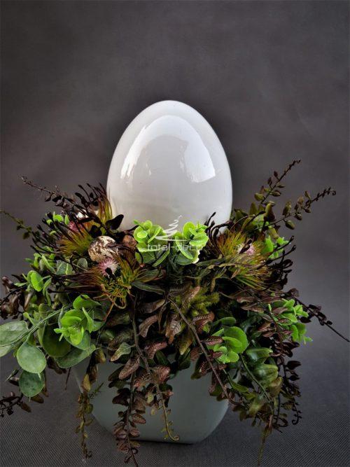 kompozycja wielkanocna z porcelanowym jajkiem z piękną zielenią