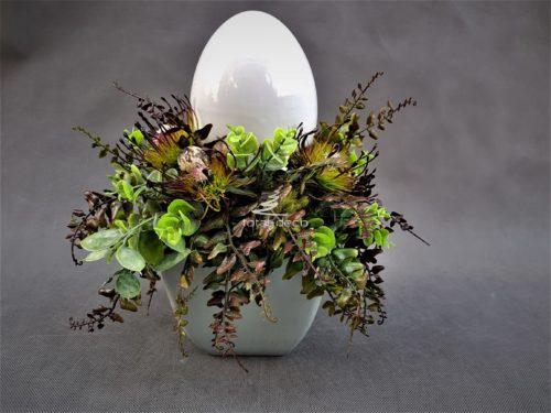 dekoracja na wielkanocny stół z białym ceramicznym jajkiem