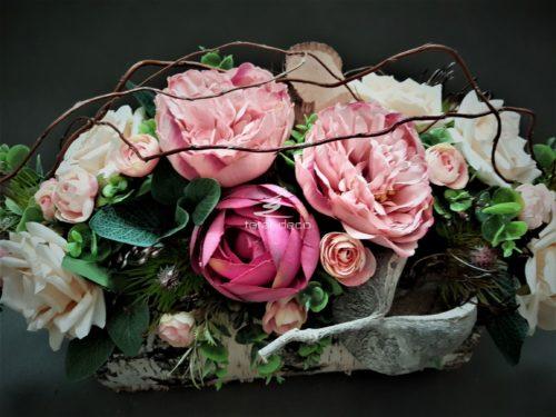 dekoracje na cmentarz ze sztucznych różowych kwiatów/stroiki na święto zmarłych
